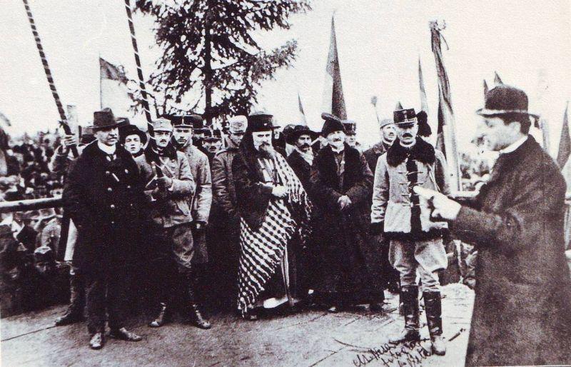 Episcopul Iuliu Hossu dă citire Rezoluției de la Alba Iulia - foto preluat de pe ro.wikipedia.org