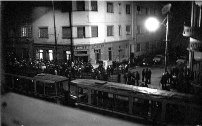 Timişoreni în faţa casei lui László Tőkés în seara zilei de 16 decembrie 1989 - foto preluat de pe timpul.md