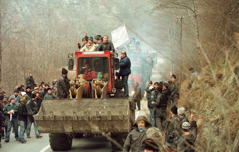 Câteva mii de mineri conduşi de Miron Cozma, au pornit într-un marş de protest neautorizat, spre Bucureşti - foto: Dragoş Cristescu / Mediafax Foto