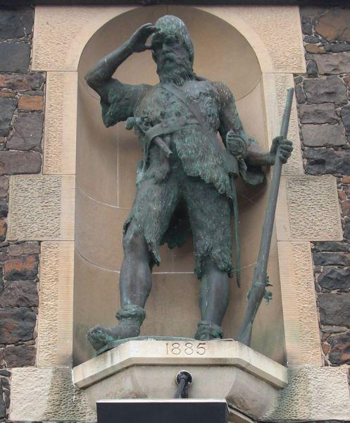 Alexander Selkirk (n. 1676 - d. 13 decembrie 1721) a fost un marinar scoţian care a trăit patru ani pe o insulă de lângă Chile şi a servit drept inspiraţie pentru romanul Robinson Crusoe a lui Daniel Defoe - in imagine, Statuia lui Alexander Selkirk din Largo (Thomas Stuart Burnett - 1885) - foto preluat de pe ro.wikipedia.org