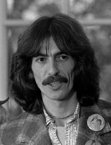 George Harrison (n. 25 februarie 1943 - d. 29 noiembrie 2001) a fost un vocalist, chitarist și compozitor britanic, cel mai tânăr membru al legendarei formații The Beatles - in imagine, Harrison at the White House in 1974  - foto preluat de pe ro.wikipedia.org