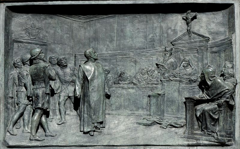 The trial of Giordano Bruno by the Roman Inquisition. Bronze relief by Ettore Ferrari, Campo de' Fiori, Rome - foto preluat de pe en.wikipedia.org