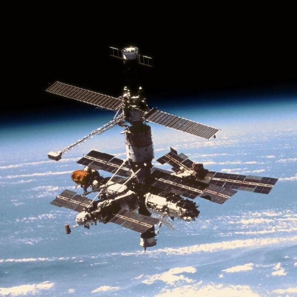 Mir în 26 septembrie 1996 văzută din naveta spaţială Atlantis în timpul misiunii STS-79 - foto preluat de pe ro.wikipedia.org