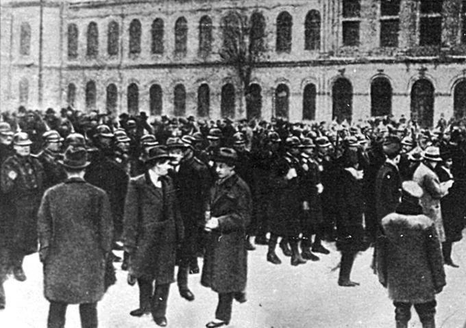 Bucuresti 1933 - jandarmi si studenti in Piata Universitatii - foto: art-historia.blogspot.ro