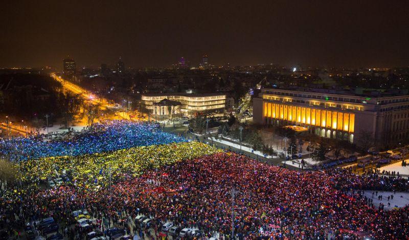 În aceasta seara, 12 feb 2017, manifestantii din Piata Victoriei, au creat un tricolor uman - foto: BUDA photography