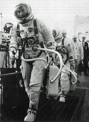 Astronauts John Young and Gus Grissom walk up the ramp leading to the elevator that will carry them to the spacecraft for the first manned Gemini mission - foto preluat de pe en.wikipedia.org