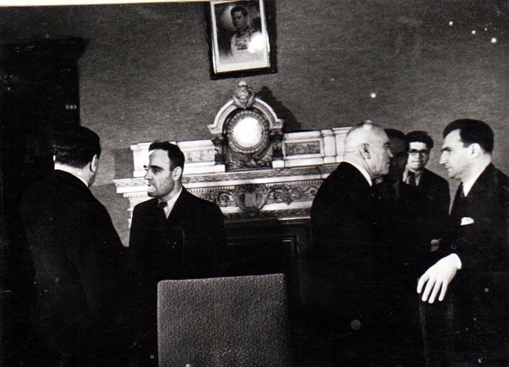 """Primul Consiliu de Miniştrii al noului cabinet. În fotografie Gh. Gheorghiu Dej, Petru Groza, ş.a., sala marii Adunări Naţionale (Gh. Tătărescu, Petre Constantinescu Iaşi, Lucreţiu Pătrăşcanu).(6 martie 1945) - foto: """"Fototeca online a comunismului românesc"""", Cota: 89/1945"""