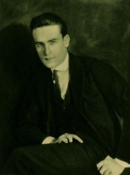 Harold Clayton Lloyd, Sr. (20 aprilie 1893 – 8 martie 1971) a fost un actor american, comic, regizor, producător, scenarist şi cascador - in imagine, Harold Lloyd - Portret de Alfred Cheney Johnston (1921) -  foto preluat de pe ro.wikipedia.org