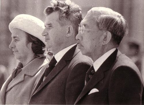 Nicolae Ceaușescu și soția sa cu Hirohito în timpul unei vizite în Tokyo din 1975 - foto: www.comunismulinromania.ro