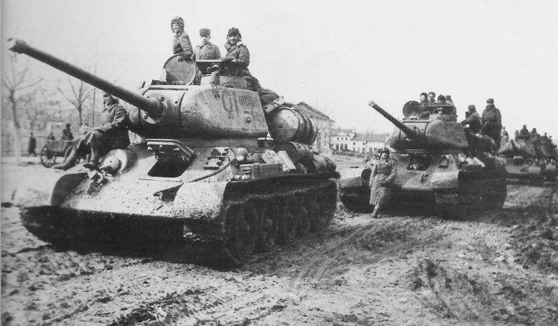 Tancuri sovietice T-34/85 oprite în timpul înaintării, 1944 - foto preluat de pe ro.wikipedia.org