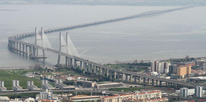 Vasco da Gama este un pod suspendat care traversează râul Tagus în apropierea Lisabonei, în Portugalia. Este cel mai lung pod din Europa,[1][2] cu o lungime totală de 17.200 de metri; podul traversează estuarul râului Tagus legând orașele Sacavém și Montijo. A fost numit în cinstea exploratorului Vasco da Gama - foto: ro.wikipedia.org