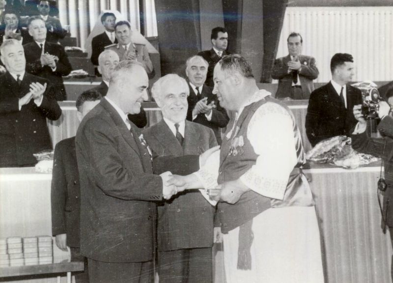 Ședință PMR din martie 1962: Ștefan Voitec și Gheorghe Gheorghiu-Dej acordă medalii cu ocazia terminării colectivizări - foto preluat de pe ro.wikipedia.org