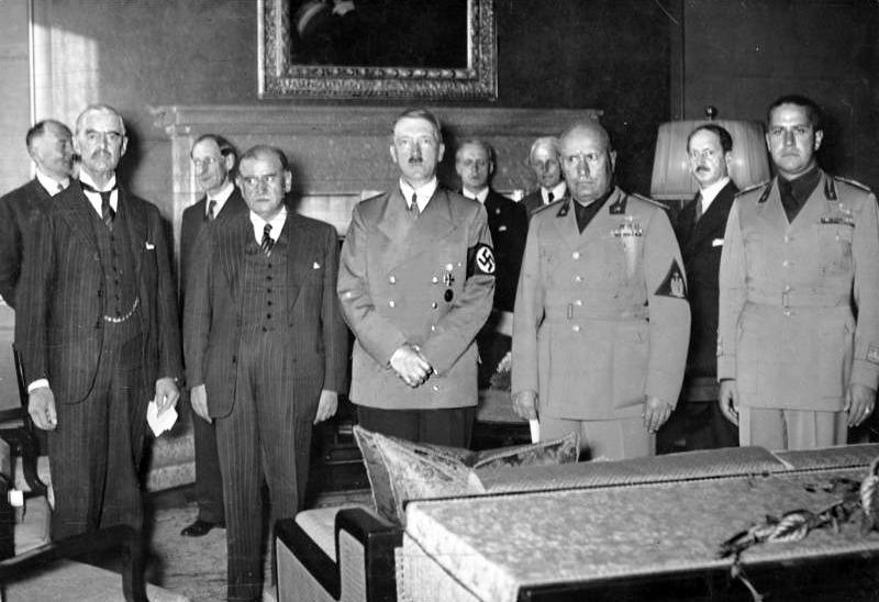 De la stânga la dreapta: Chamberlain, Daladier, Hitler, Mussolini şi Ciano fotografiaţi înainte de a semna Acordul de la München, care a dat Regiunea Sudetă Germaniei - foto preluat de pe ro.wikipedia.org