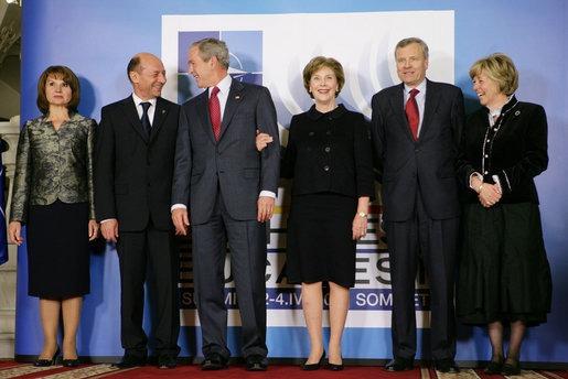 Lucrările Summitului NATO 2008 de la Bucureşti (Băsescu, Bush şi de Hoop cu soţiile) - foto; ro.wikipedia.org