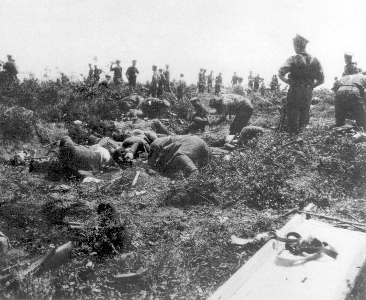 """Campania Gallipoli (1915) Parte a Teatrul de operaţiuni din Orientul Mijlociu al Primului Război Mondial -  Imagine din """"teritoriul nimănui"""" cu cadavrele combatanţilo (Anzac truce 24 May 1915) - foto: ro.wikipedia.org"""