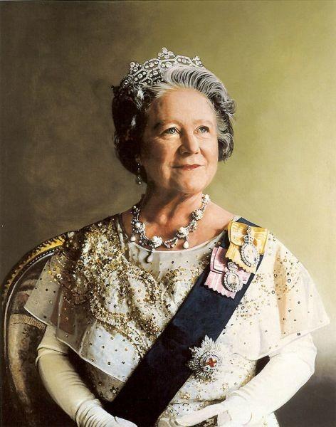 Elisabeth Bowes-Lyon (Elizabeth Angela Marguerite; 4 august 1900 – 30 martie 2002) a fost soția regelui George al VI-lea al Regatului Unit. După decesul soțului său, i s-a spus Regina Mamă Elisabeta pentru a evita confuzia cu fiica ei, Elisabeta a II-a - Portret de Richard Stone, 1986 - foto preluat de pe ro.wikipedia.org