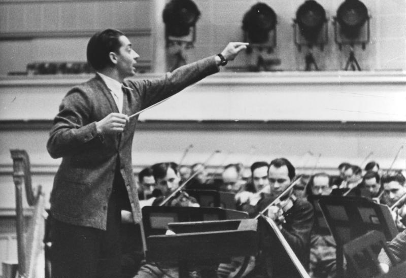 Herbert von Karajan, sau Heribert Ritter von Karajan, în Austria Ritter fiind rangul nobiliar de cavaler (n. 5 aprilie 1908, Salzburg - d. 16 iulie 1989, Salzburg) a fost un dirijor austriac de origine aromână - in imagine, Herbert von Karajan la pupitrul Operei de Stat din Berlin, 1941- foto: ro.wikipedia.org