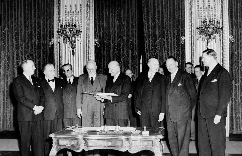 Tratatul de la Paris (1951), semnat în 18 aprilie 1951 între Belgia, Franța, Germania de Vest, Italia, Luxembourg și Olanda a creat Comunitatea Europeană a Cărbunelui și Oțelului (European Coal and Steel Community sau ECSC), care a devenit ulterior parte a Uniunii Europene. Tratatul a expirat în 23 iulie 2002, la exact 50 de ani după ce intrase în vigoare - foto: wecreatetp.wordpress.com