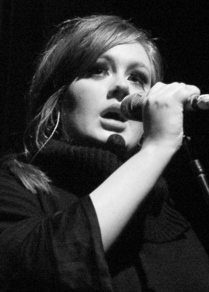Adele performing live in 2009 - foto preluat de pe en.wikipedia.org