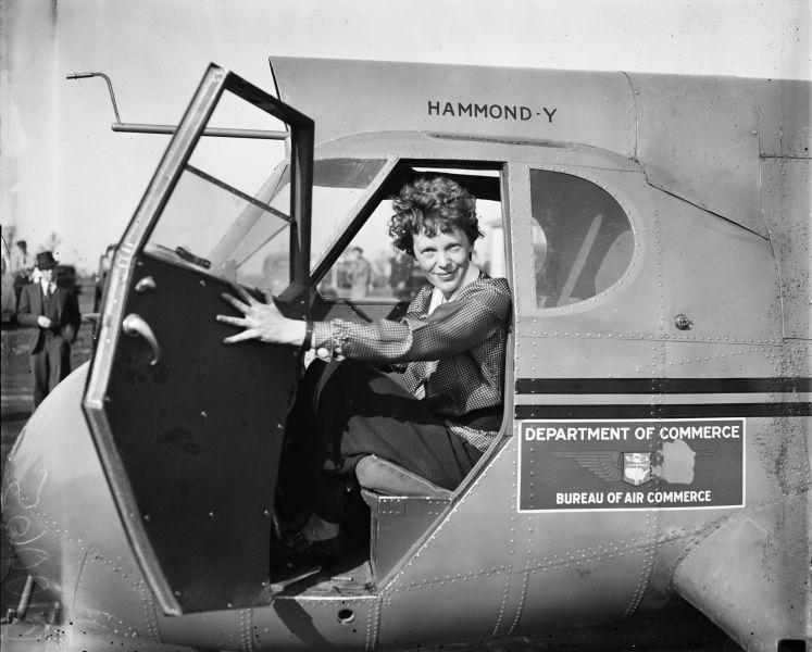 Amelia Earhart (n. 24 iulie 1897, Atchison, Kansas - dispărută pe 2 iulie 1937 în Pacific) a fost un pioner în aviație și o militantă angajată pentru drepturile femeii - foto preluat de pe en.wikipedia.org