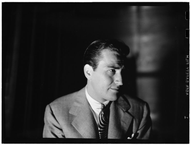 """Artie Shaw de fapt """"Arthur Jacob Arshawsky"""" (n. 23 mai 1910, New York City – d. 30 decembrie 2004, Thousand Oaks, California) a fost un muzician, regizor şi compozitor american - Photography by William P. Gottlieb - preluat de pe ro.wikipedia.org"""