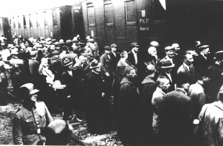 Prisoners of the first transport at the railway station in Tarnów. 14th June 1940 - foto preluat de pe en.wikipedia.org