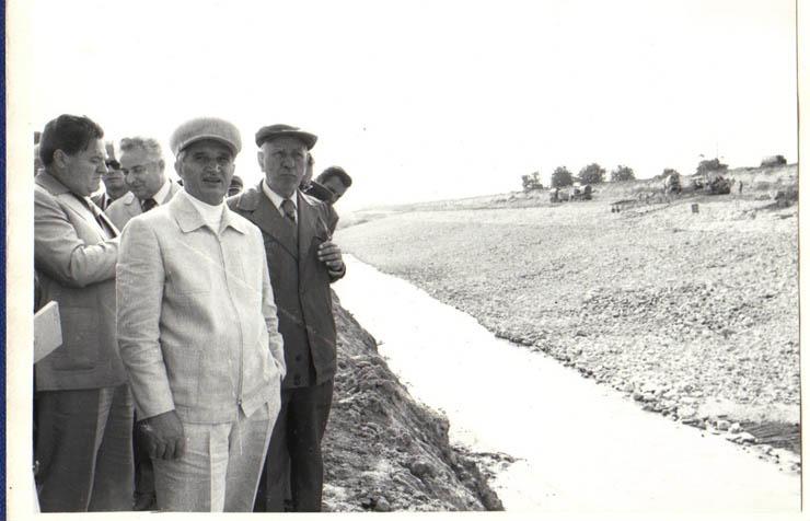 """Conducători de partid şi de stat în vizită de lucru pe şantierul Canalului Dunăre-Marea Neagră.(6.VIII.1979) - sursa – """"Fototeca online a comunismului românesc"""" - Cota: 117/1979"""