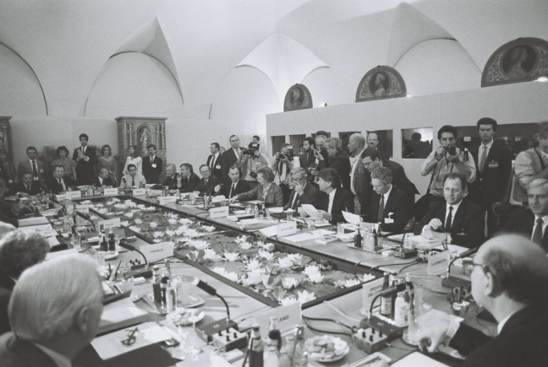 Milan European Council, 28-29/06/1985 - View of the delegations: Jacques Delors, President of the CEC; Mário Soares, Portuguese Prime Minister; Jaime Gama, Portuguese Minister for Foreign Affairs; Poul Schlüter, Danish Prime Minister; Uffe Ellemann-Jensen, Danish Minister for Foreign Affairs; Wilfried Martens, Belgian Prime Minister; Léo Tindemans, Belgian Minister for External Relations; Margaret Thatcher, British Prime Minister; Sir Geoffrey Howe, British Secretary of State for Foreign and Commonwealth Affairs; Ruud Lubbers, Dutch Prime Minister; Hans van den Broek, Dutch Minister for Foreign Affairs; Jacques Santer, Luxembourgish Prime Minister; Jacques Poos, Luxembourgish Minister for Foreign Affairs, External Trade and Cooperation (from left to right, facing the camera) - foto: ec.europa.eu