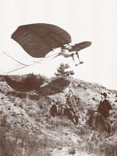 Încercare de zbor a lui Lilienthal în Derwitz, 1891 - foto preluat de pe ro.wikipedia.org