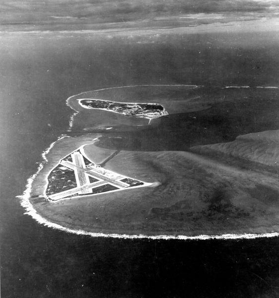Atolul Midway cu câteva luni înainte de bătălie. Insula de Est, pe care se află aerodromul, se află în prim plan, iar Insula Sand, mai mare, se află în plan secund, dincolo de canal - foto: ro.wikipedia.org