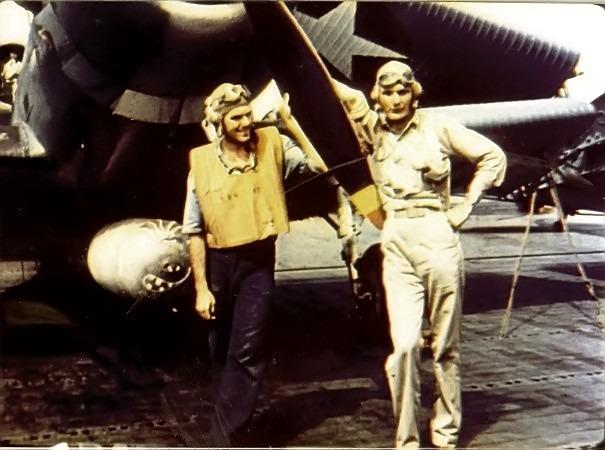 """""""Bătălia de la Midway"""" -  Sublocotenentul George Gay (în dreapta), singurul supraviețuitor din escadronul de bombardiere TBD Devastator, lângă avionul său, pe 4 iunie 1942 - foto: ro.wikipedia.org"""