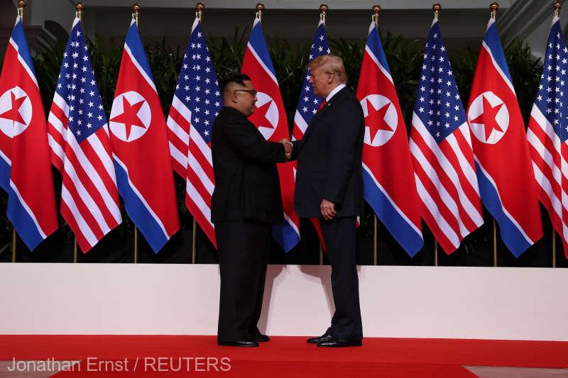 Strângere de mâini istorică între Donald Trump, şi Kim Jong la summitul din Singapore (12 iunie 2018) - foto preluat de pe www.agerpres.ro
