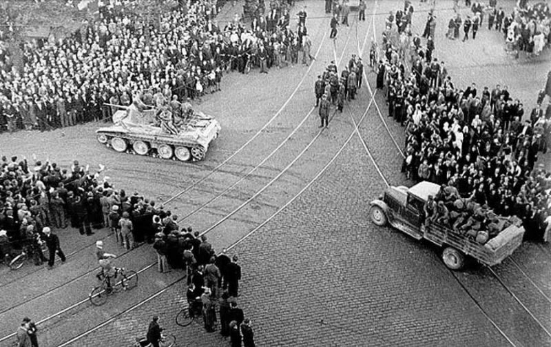 Soviet occupation of Latvia in 1940 - Red Army BT-7 tank and ZIS-5 truck in Riga (1940) - foto: en.wikipedia.org