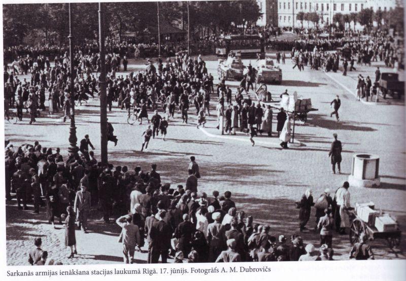 Soviet tanks enter Riga on July 17 1940 - foto: latvianhistory.com