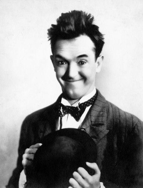 Arthur Stanley Jefferson (n. 16 iunie 1890, Ulverston, Cumbria Anglia - d. 23 februarie 1965), cunoscut mai ales sub numele Stan Laurel, a fost un actor şi regizor, devenit celebru în cuplul de comici Stan şi Bran - in imagine, Stan Laurel în 1930 - foto: ro.wikipedia.org