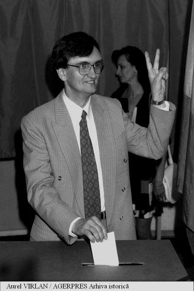 Al doilea tur de scrutin al alegerilor locale din 16 iunie 1996. În imagine: Victor Ciorbea, candidat pentru funcția de primar general al Capitalei, din partea CDR) - foto: agerpres.ro