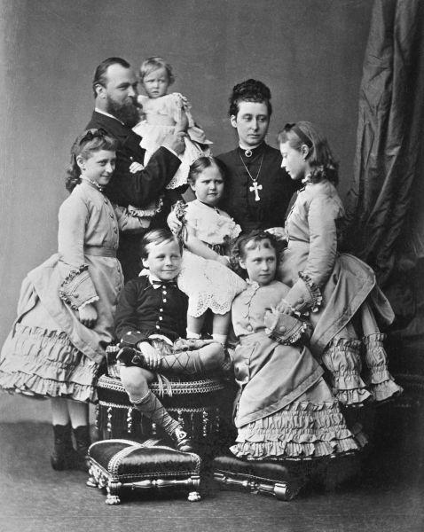 Alice şi Louis împreună cu copiii lor: Maria în braţele Marelui Duce şi, de la dtânga la dreapta, Ella, Ernie, Alix, Irene şi Victoria - foto preluat de pe ro.wikipedia.org