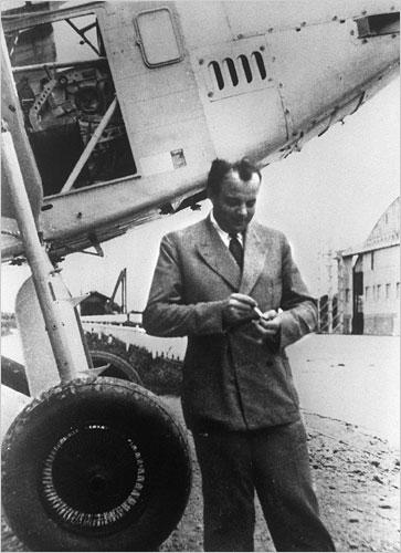 Antoine-Marie Roger, viconte de Saint-Exupéry (n. 29 iunie 1900, Lyon – d. 31 iulie 1944, deasupra Mării Mediterane) a fost romancier, eseist şi reporter francez, aviator căzut pe frontul antifascist - foto preluat de pe ro.wikipedia.org