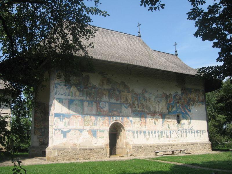 """Biserica """"Tăierea Capului Sfântului Ioan Botezătorul"""" din Arbore (cunoscută şi ca Biserica Arbore, deşi nu este singura biserică din localitate) este o biserică ortodoxă construită în anul 1502 în satul Arbore din comuna omonimă (judeţul Suceava) de către hatmanul Luca Arbore. Ea se remarcă prin pictura murală exterioară - foto preluat de pe ro.wikipedia.org"""