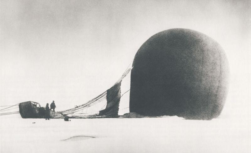 13 iulie 1897 - După doar două zile în aer, expediția polară cu balonul cu gaz a cercetatorilor suedezi Salomon August Andrée, Nils Strindberg și Knut Fraenkel este forțată să aterizeze. Abia după 30 de ani, în vara anului 1930 doi pescari de pe baleniera Bratvaag au descoperit corpurile celor trei expediționari, perfect conservate în gheață. Șefului expediției, inginerul Andrée, îi lipsea însă capul, mâncat probabil de urși - foto preluat de pe ro.wikipedia.org