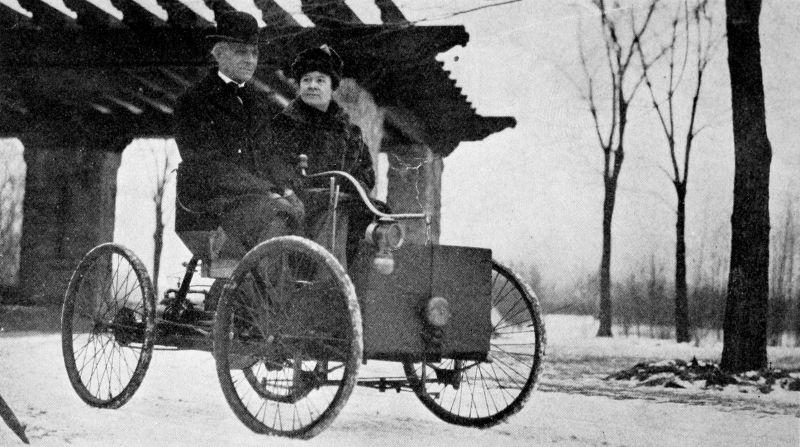 Domnul și Doamna Ford în primul automobil - foto preluat de pe ro.wikipedia.org