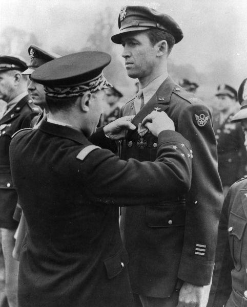 James Stewart primind medalia Croix De Guerre -  foto preluat de pe ro.wikipedia.org