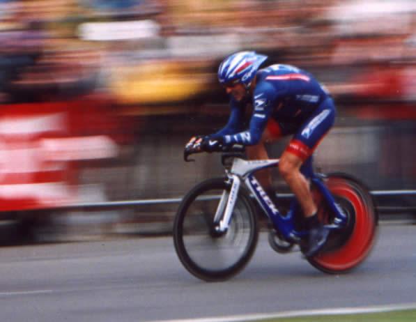 Lance Armstrong (n. 18 septembrie 1971) este un ciclist profesionist de şosea american, care a câştigat de şapte ori la rând Turul Franţei, între anii 1999 şi 2005, titluri care i-au fost retrase în 2012 pentru că a fost găsit vinovat de dopaj - Armstrong riding the prologue of the 2004 Tour de France - foto preluat de pe en.wikipedia.org