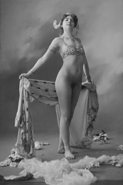 Mata Hari în 1906, purtând doar un sutien de bijuterie și bijuterii din aur - foto preluat de pe en.wikipedia.org