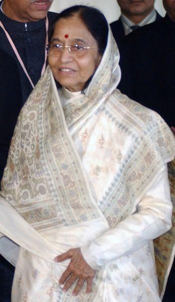 Pratibha Devisingh Patil (n. 19 decembrie 1934, Nadgaon, provincia Maharashtra, India) este o politiciană şi activistă indiană pe tărâm social şi educativ, juristă ca formaţie. Preşedinta Indiei între 25 iulie 2007-2012. A fost prima femeie şi prima persoană din comunitatea de limbă marathi care a deţinut funcţia de preşedinte al Indiei, succedându-i dr-ului Abdul Kalam - foto preluat de pe ro.wikipedia.org