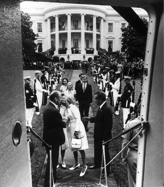 Preşedintele Nixon părăsind Casa Albă cu puţin timp înainte ca demisia sa să devină efectivă pe 9 august 1974 - foto preluat de pe ro.wikipedia.org