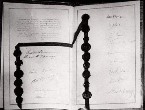 Briand-Kellogg Treaty, with signatures of Gustav Stresemann, Paul Kellogg, Paul Hymans, Aristide Briand, Lord Cushendun, William Lyon Mackenzie King, John McLachlan, Sir Christopher James Parr, Jacobus Stephanus Smit, William Thomas Cosgrave, Count Gaetano Manzoni, Count Uchida, A. Zaleski, Eduard Benes - foto preluat de pe en.wikipedia.org