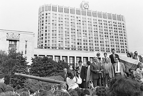 Yeltsin stands on a tank to defy the August Coup in 1991 - foto: en.wikipedia.org