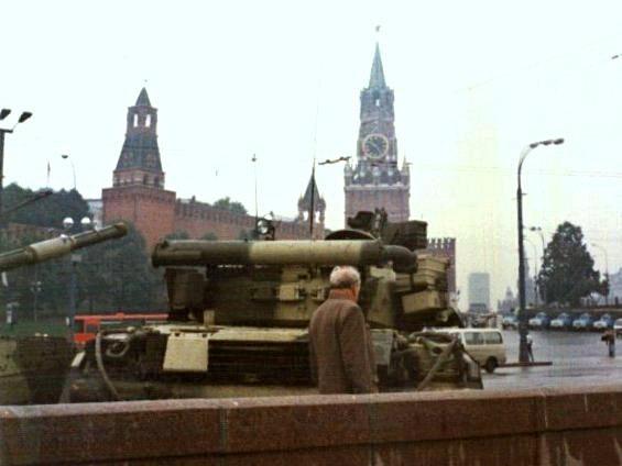 Tancuri în Piața Roșie din Moscova (august 1991) - foto: ro.wikipedia.org