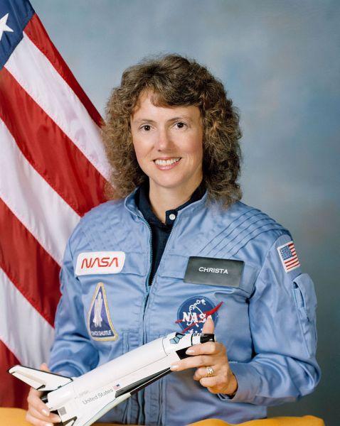 Sharon Christa Corrigan McAuliffe (2 septembrie 1948 – 28 ianuarie 1986) a fost o profesoară americană din Concord, New Hampshire și unul din cei șapte membri ai echipajului misiunii STS-51-L a navetei spațiale Challenger, murind în explozia navetei spațiale la 73 de secunde după lansare - foto: ro.wikipedia.org